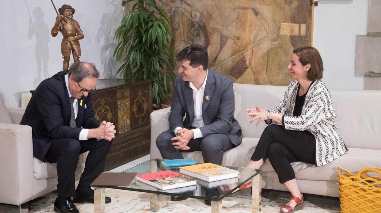 El presidente de la Generalitat, Quim Torra (i), conversa con el presidente del grupo parlamentario de ERC, Sergi Sabrià (c), y la portavoz, Anna Caula (d).