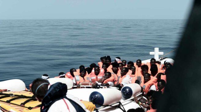 Migrantes a bordo del barco Aquarius, durante su traslado a los barcos de la marina italiana que ayudarán en su traslado hasta el puerto de Valencia.