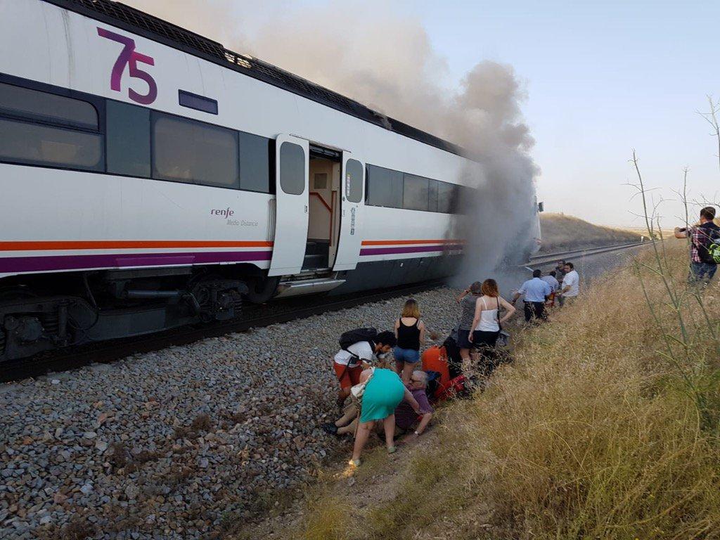 Pasajeros evacuados del tren que ardió en junio de 2018 cerca de Torrijos (Toledo), camino de Extremadura.