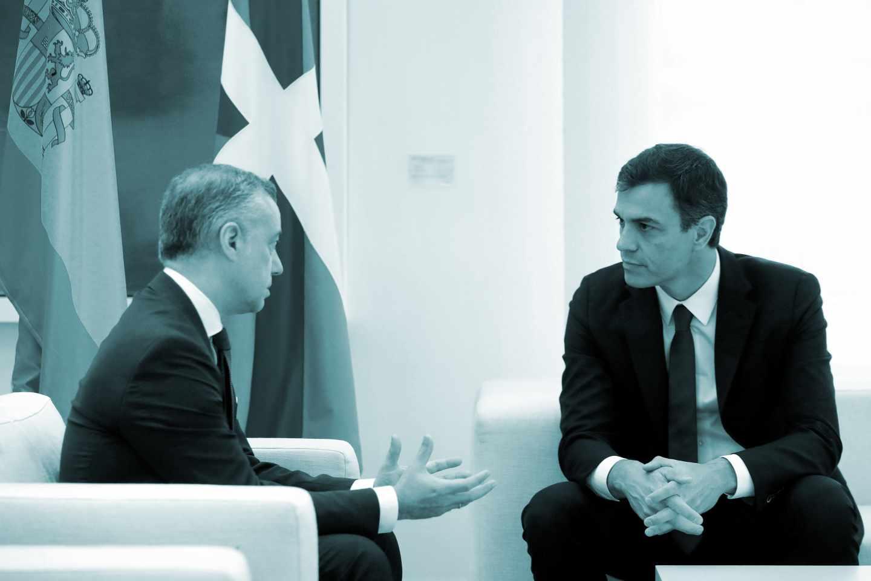El presidente del Gobierno, Pedro Sánchez (d), durante la reunión mantenida hoy en Moncloa con el lehendakari, Íñigo Urkullu, con quien ha iniciado su ronda de entrevistas con los presidentes autonómicos.