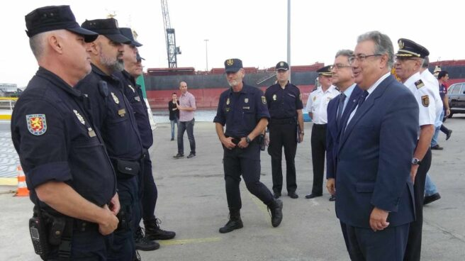 Juan Ignacio Zoido saluda a policías nacionales desplazados a Cataluña con motivo del 1-O.