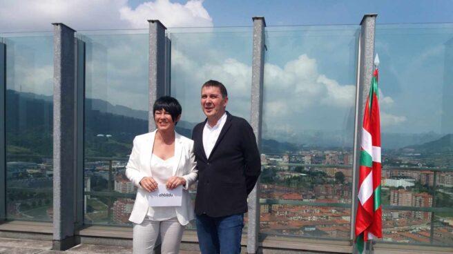 Maddalen Iriarte y Arnaldo Otegi durante su comparecencia desde la terraza del Bilbao Exhibition Centre (BEC)