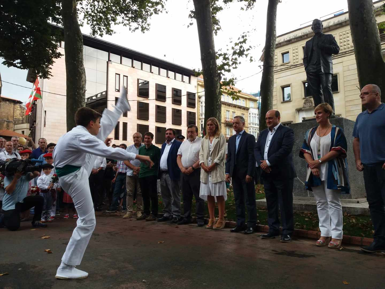Un dantzari baila ante los dirigentes del PNV y el lehendakari Iñigo Urkullu junto a la estatua de Sabino Arana.