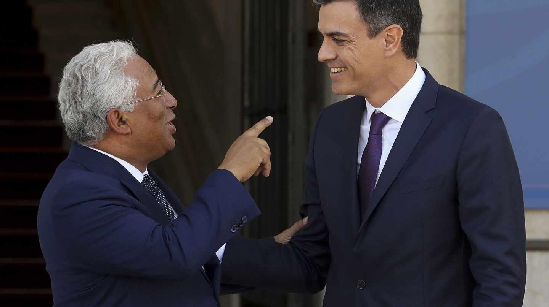 Pedro Sánchez conversa con el primer ministro portugués, Antonio Costa.