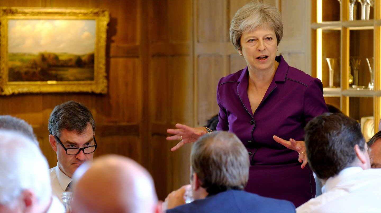 """May consigue el respaldo del Gobierno para plantear a Europa un Brexit """"suave""""."""