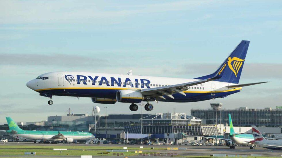 Avión de la aerolínea Ryanair aterrizando en el aeropuerto de Dublín (Irlanda).