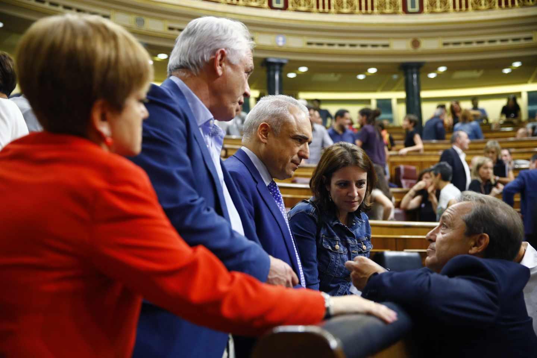Parlamentarios socialistas tras la votación de RTVE.