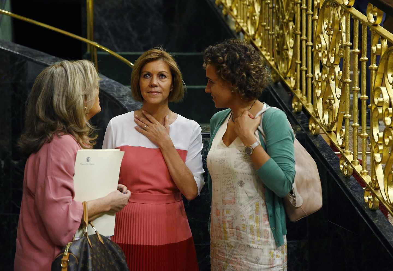 Dolors Montserrat, a la derecha, junto a Cospedal en el Congreso