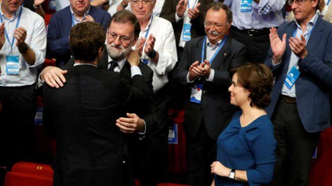 Pablo Casado abraza a Mariano Rajoy.