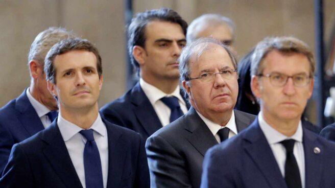 El nuevo líder del PP, Pablo Casado, en el funeral por Fernández Albor junto a Juan Vicente Herrera y Alberto Núñez Feijóo