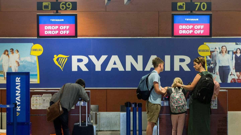Pasajeros en un mostrador de facturación de Ryanair.