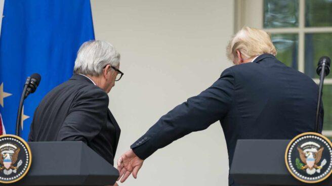 El presidente de la Comisión Europea, Jean-Claude Juncker, se retira junto al presidente de EEUU, Donald Trump.
