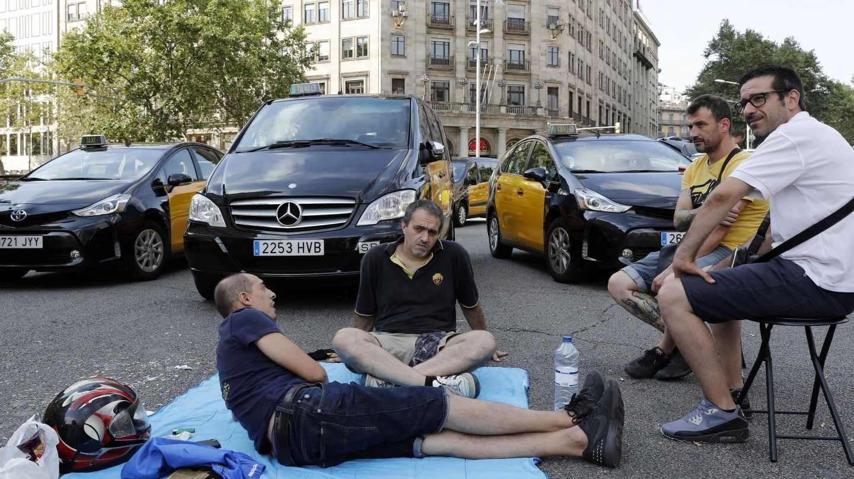 Taxistas vuelcan un vehículo de Cabify en el aeropuerto de Barcelona