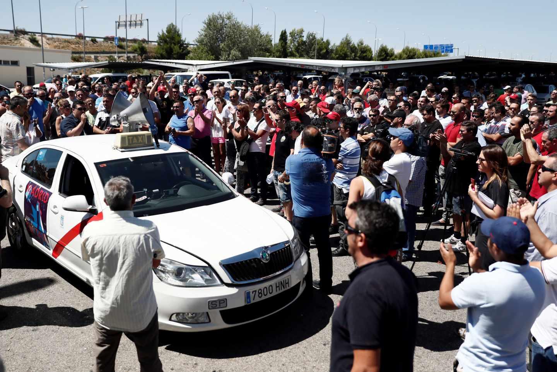Taxistas concentrados en el aeropuerto de Barajas.