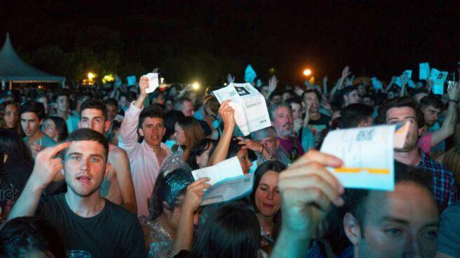 El público de Santander protesta con las entradas del concierto de David Guetta.