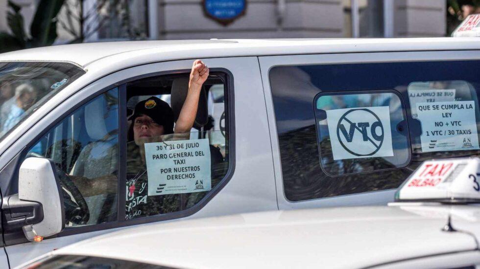 Un taxista del País Vasco durante la huelga.