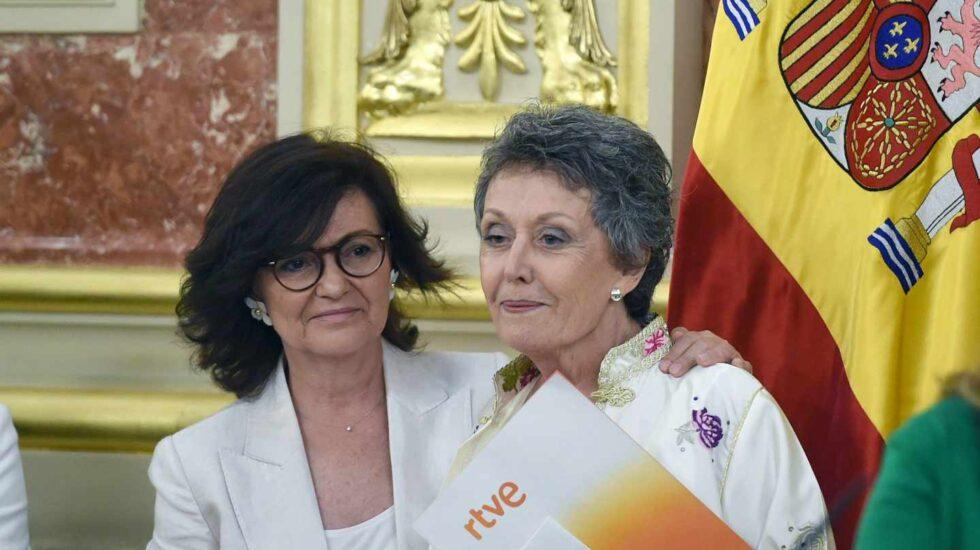 La vicepresidenta de Gobierno, Carmen Calvo, y la nueva administradora única de RTVE, Rosa Mª Mateo.