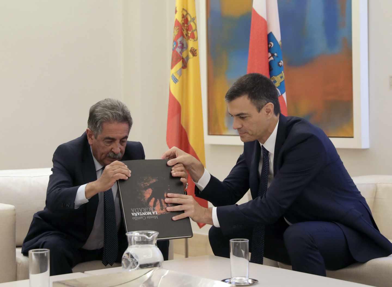 El presidente de Gobierno, Pedro Sánchez, junto a Miguel Ángel Revilla, presidente de Cantabria.