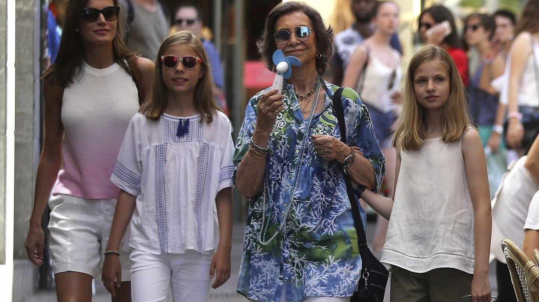 La reina Letizia, acompañada de sus hijas, la princesa Leonor y la infanta Sofía, junto a la reina Sofía, en el Mercado del Olivar de Palma de Mallorca, ciudad donde la familia real pasa sus vacaciones de verano.
