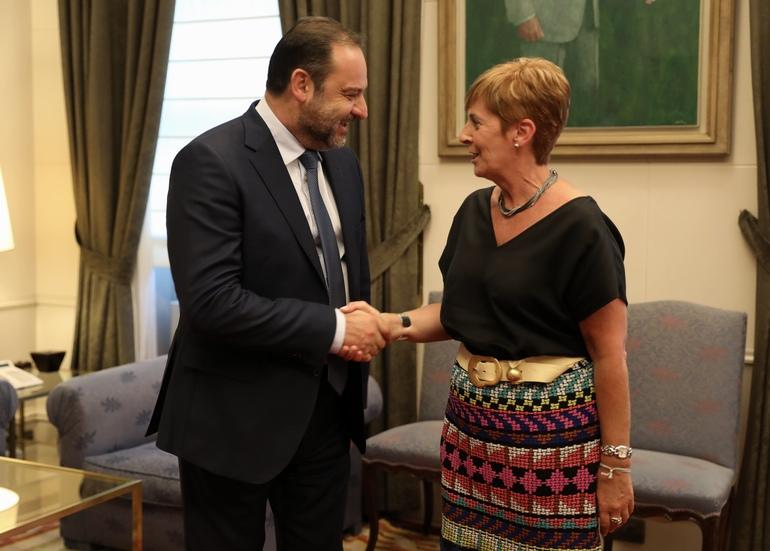 El ministro de Fomento, José Luis Ábalos y la consejera de Desarrollo Económico e Infraestructuras, Arantxa Tapia.