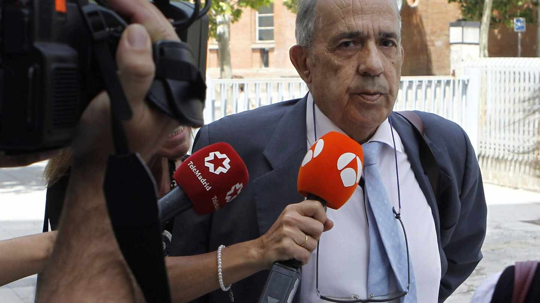 El catedrático Enrique Álvarez Conde, dirigiéndose a declarar ante la juez del 'caso máster'.