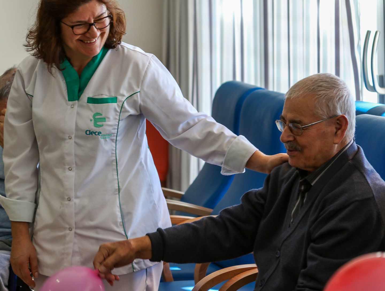Una trabajadora de Clece atiende a un paciente.