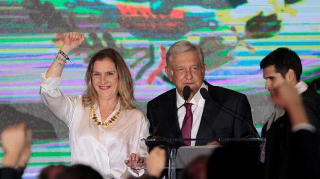El presidente electo Andrés López Obrador con su esposa Beatriz Gutiérrez Müller, tras conocer su victoria