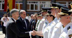 El ministro Grande-Marlaska saluda a la comisaria principal Pilar Allué en presencia del director del Cuerpo.