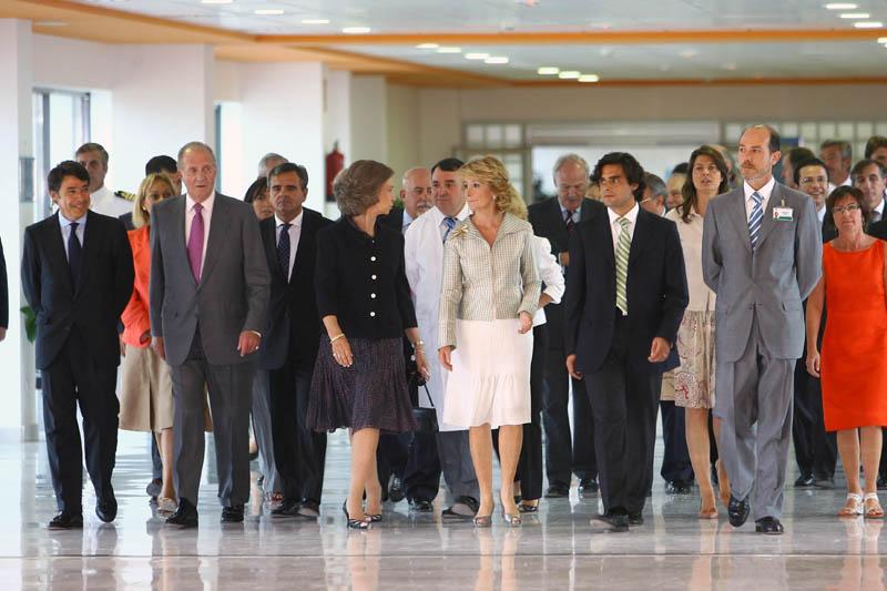 Los Reyes Juan Carlos U y Doña Sofía y Esperanza Aguirre, el día de la inauguración del hospital Puerta de Hierro.