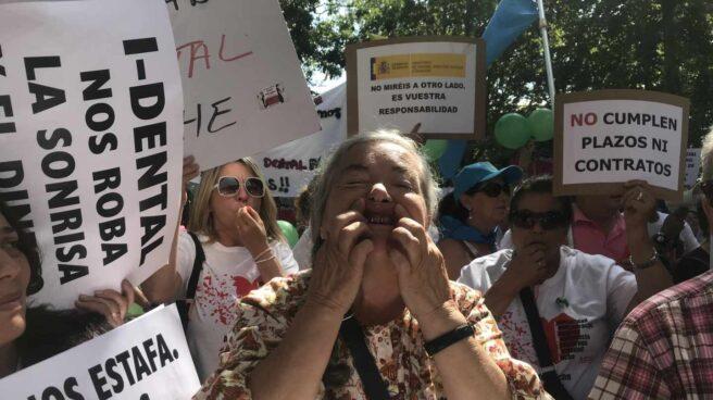 Una afectada de iDental enseña los implantes en la última manifestación en Madrid en julio de 2018.