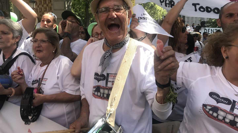 Antonio es uno de los afectados de iDental, en la manifestación frente al Ministerio de Sanidad.