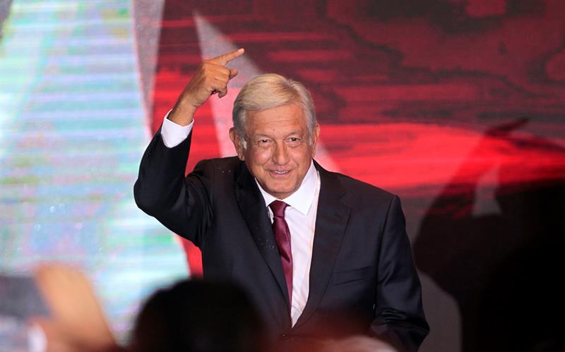 El presidente electo de México, Andrés Manuel López Obrador, saluda a sus seguidores.