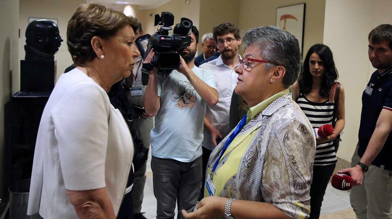 La presidenta de los afectados por el vuelo de Spanair, Pilr Vera, habla con la ex ministra Magdalena Álvarez en el Congreso.