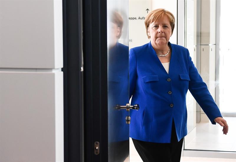 La canciller Merkel abre la puerta al inicio de la sesión del Bundestag.