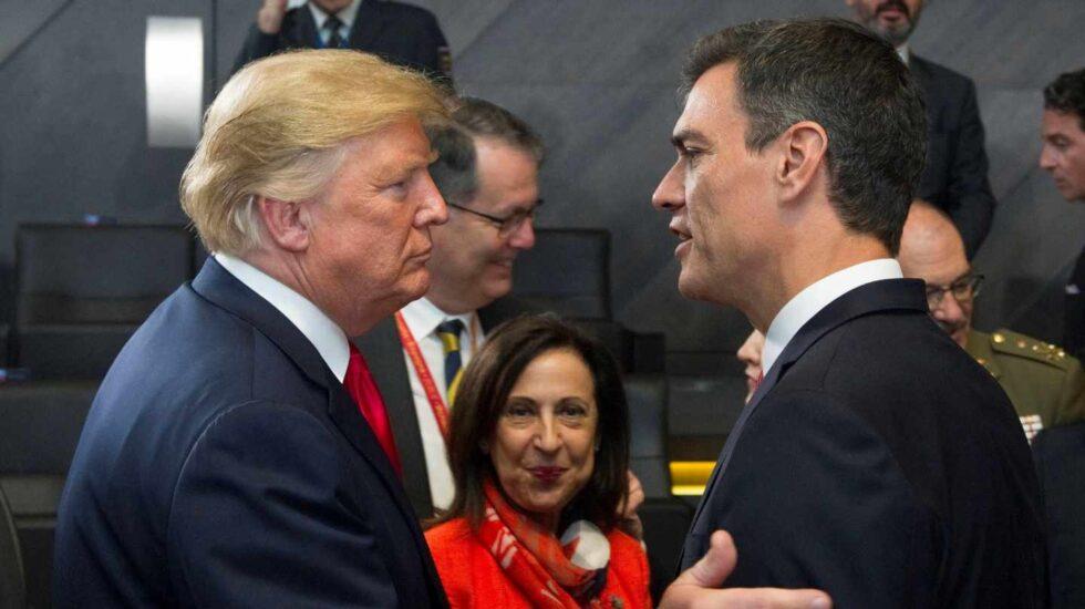 El jefe del Gobierno español, Pedro Sánchez, y el presidente de Estados Unidos, Donald Trump, se saludaron hoy por vez primera al coincidir ambos al inicio de la primera sesión de la cumbre de la OTAN. Sánchez y Trump habían participado en la foto de familia de los líderes asistentes a la cumbre en Bruselas pero no tuvieron ocasión de saludarse en ese momento.