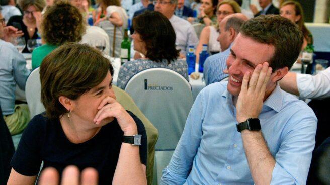 Fotografía facilitada por el Partido Popular de sus candidatos a la presidencia del partido, Soraya Sáenz de Santamaría y Pablo Casado (d), durante la cena del Grupo Popular celebrada esta noche en Madrid.