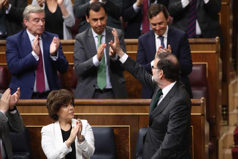 Soraya Sáenz de Santamaría aplaude a Mariano Rajoy.