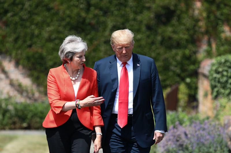 La primera ministra británica, Theresa May, pasea junto al presidente de EEUU, Donald Trump, en Chequers.