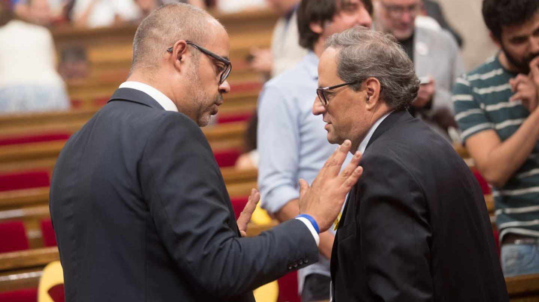 El presidente de la Generalitat, Quim Torra y el conseller de Interior Miquel Buch (i), tras la suspensión este mediodía del pleno a celebrar, en donde se esperaba resolver la situación de los diputados suspendidos por el Tribunal Supremo.