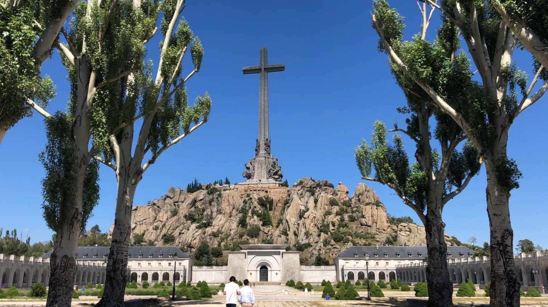 Turistas en la Cruz del Valle de los Caídos en Cuelgamuros