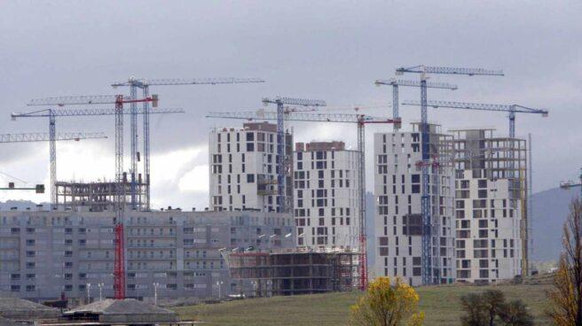Varios edificios de viviendas en construcción.
