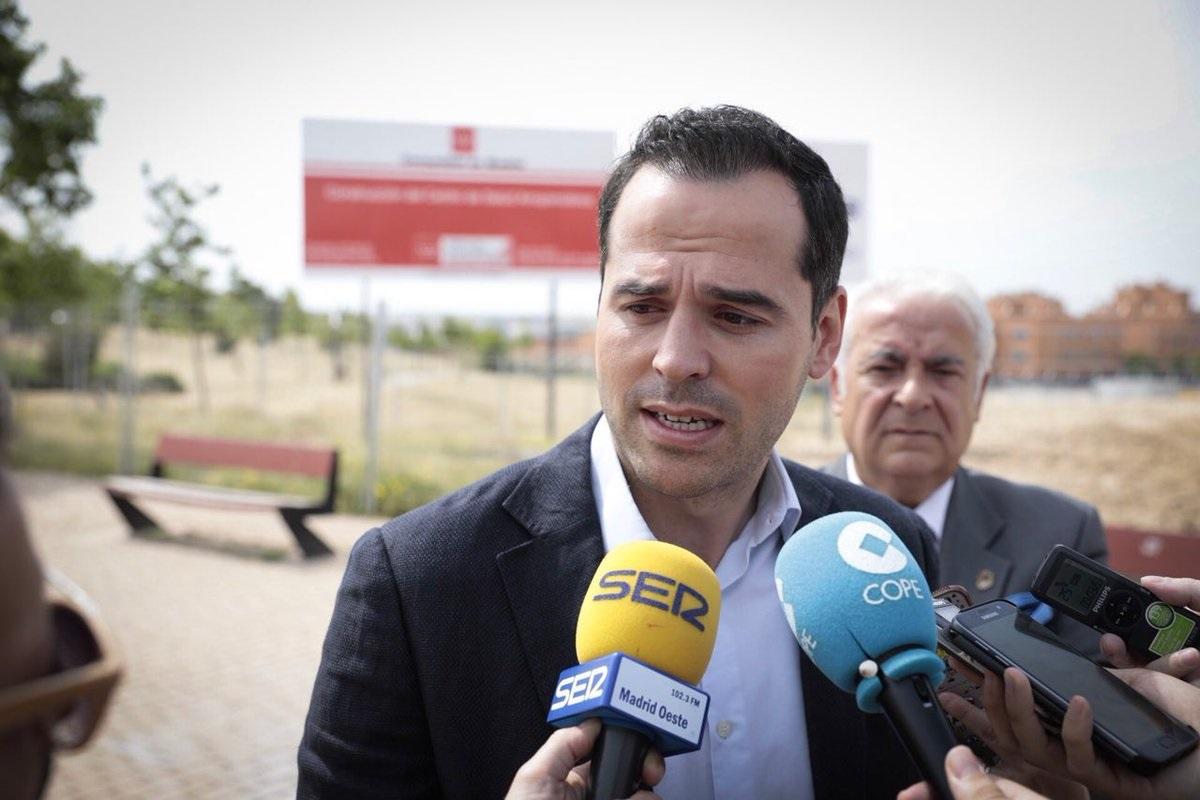 El líder de Cs Madrid, Ignacio Aguado, junto al regidor de Arroyomolinos ahora detenido, Carlos Ruipérez, el pasado 28 de mayo.