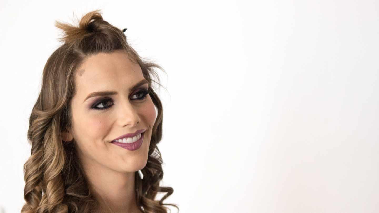 Ángela Ponce, durante el maquillaje