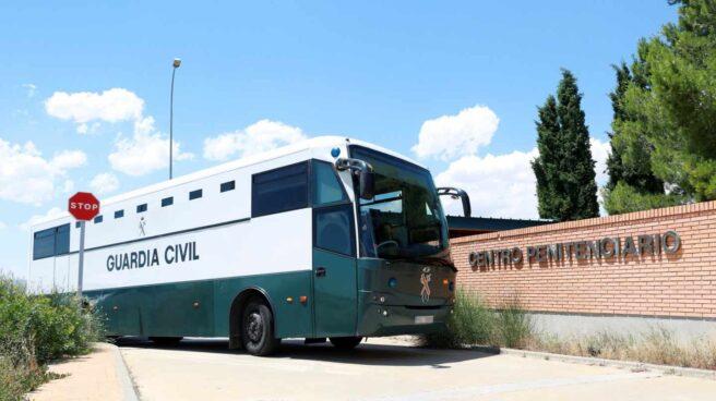 El autobús de la Guardia Civil que traslada a Oriol Junqueras, Raul Romeva, Jordi Sánchez y Jordi Cuixart, a su llegada a la cárcel de Zuera.