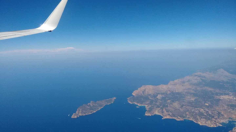Un avión despega de la isla de Mallorca.