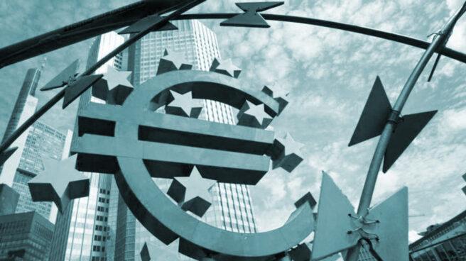 Símbolo del euro junto a la sede del BCE en Fráncfort.