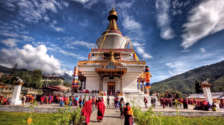 Uno de los bellos templos de Bután, donde acuden a rezar monjes y fieles.
