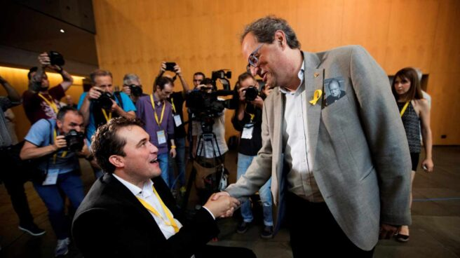 David Bonvehí (i), felicitado por el presidente de la Generalitat de Cataluña, Quim Torra (d).