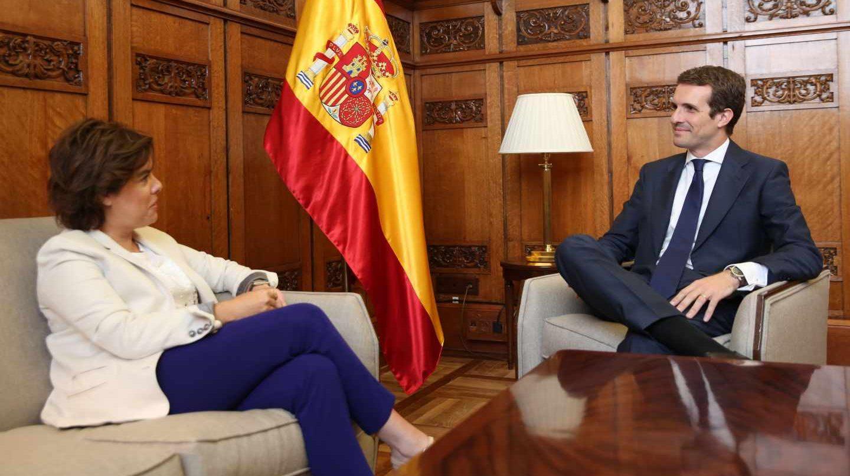 Soraya Sáenz de Santamaría y Pablo Casado, reunidos en el Congreso.
