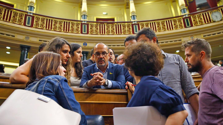 El portavoz del PDeCAT en el Congreso, Carles Campuzano (c), conversa con varios diputados tras la votación en el cuarto Pleno extraordinario para completar la renovación del Consejo de Administración de RTVE